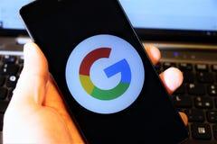 谷歌商标,通过智能手机显示了 免版税库存照片