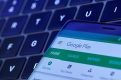 谷歌在智能手机屏幕上的戏剧菜单 库存图片