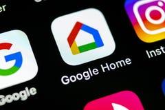 谷歌在苹果计算机iPhone x智能手机屏幕特写镜头回家应用象 谷歌家app象 3d网络照片回报了社交 社会媒介象 库存图片