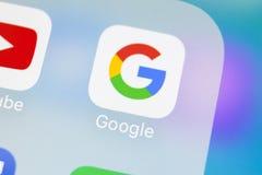 谷歌在苹果计算机iPhone x智能手机屏幕特写镜头的应用象 谷歌app象 3d网络照片回报了社交 社会媒介象 免版税库存照片