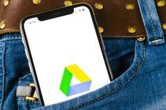 谷歌推进在苹果计算机iPhone x屏幕上的应用象在牛仔裤装在口袋里 谷歌推进象 谷歌推进应用 束起通信有概念的交谈媒体人社交 免版税图库摄影