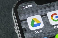 谷歌推进在苹果计算机iPhone x屏幕特写镜头的应用象 谷歌推进象 谷歌推进应用 黑板企业白垩黑板画媒体网络网络连接人照片社交的概念连接数 免版税图库摄影