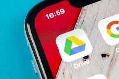 谷歌推进在苹果计算机iPhone x屏幕特写镜头的应用象 谷歌推进象 谷歌推进应用 黑板企业白垩黑板画媒体网络网络连接人照片社交的概念连接数 库存图片