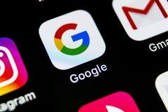 谷歌查寻在苹果计算机iPhone x智能手机屏幕特写镜头的应用象 谷歌app象 3d网络照片回报了社交 社会媒介象 免版税库存照片