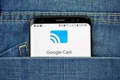 谷歌熔铸了在一手机屏幕的商标在口袋 免版税库存图片