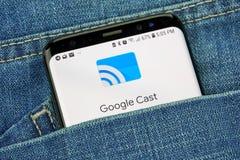谷歌熔铸了在一手机屏幕的商标在口袋 免版税库存照片