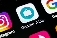 谷歌绊倒在苹果计算机iPhone x智能手机屏幕特写镜头的应用象 谷歌绊倒app象 3d网络照片回报了社交 社会媒介集成电路 免版税图库摄影