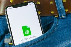 谷歌覆盖在苹果计算机iPhone x智能手机屏幕特写镜头的象在牛仔裤口袋 谷歌覆盖象 3d网络照片回报了社交 束起通信有概念的交谈媒体人社交 免版税库存图片