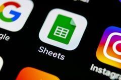 谷歌覆盖在苹果计算机iPhone x智能手机屏幕特写镜头的象 谷歌覆盖象 3d网络照片回报了社交 社会媒介象 图库摄影
