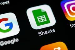 谷歌覆盖在苹果计算机iPhone x智能手机屏幕特写镜头的象 谷歌覆盖象 3d网络照片回报了社交 社会媒介象 免版税库存照片