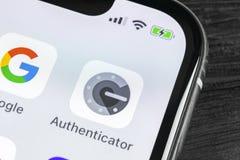 谷歌证明人在苹果计算机iPhone x智能手机屏幕特写镜头的应用象 谷歌证明人app象 3d网络照片回报了社交 免版税库存照片
