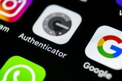 谷歌证明人在苹果计算机iPhone x智能手机屏幕特写镜头的应用象 谷歌证明人app象 3d网络照片回报了社交 免版税图库摄影