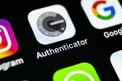 谷歌证明人在苹果计算机iPhone x智能手机屏幕特写镜头的应用象 谷歌证明人app象 3d网络照片回报了社交 图库摄影