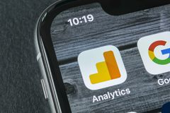 谷歌逻辑分析方法在苹果计算机iPhone x屏幕特写镜头的应用象 谷歌逻辑分析方法象 谷歌逻辑分析方法应用 社会 免版税库存图片