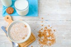 谷物和牛奶在桌上 库存图片