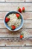 谷物和草莓在碗 免版税库存照片