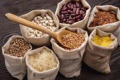 谷物和豆在袋子 免版税库存照片