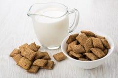 谷物堆把水罐牛奶枕在,有枕头的碗 图库摄影