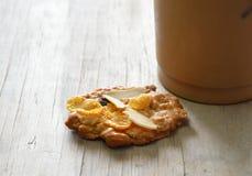谷物曲奇饼和冰冻咖啡在塑料杯子 免版税图库摄影