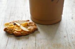 谷物曲奇饼和冰冻咖啡在塑料杯子 图库摄影