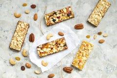 谷物格兰诺拉麦片棒用在白色背景的胡说和干莓果 顶视图健康快餐 库存图片