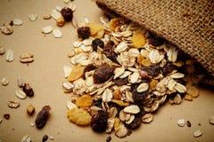 谷物混合用修剪和葡萄干在大袋 图库摄影