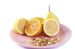 谷物用在白色背景的柑橘水果 免版税图库摄影