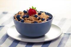 谷物用在碗的莓果 免版税库存照片