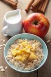 谷物用焦糖的苹果 免版税库存照片
