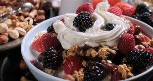 谷物用莓果、干果子和打好的奶油 免版税图库摄影