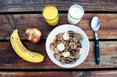 谷物用香蕉和苹果计算机 免版税库存照片