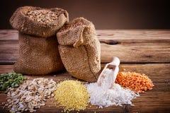 谷物的分类在一张木桌上的 图库摄影