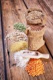 谷物的分类在一张木桌上的 免版税库存图片