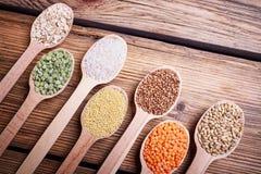 谷物的分类在木匙子的 免版税库存图片