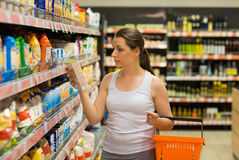 谷物的,在杂货sto的大块美好的少妇购物 库存图片