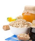 谷物蜂蜜查出的燕麦粥白色 免版税图库摄影