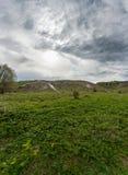 谷的全景与白垩纪小山的在一多云天 图库摄影