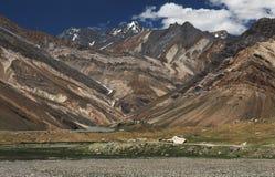 谷的庄严美丽的高山:一片不同的棕色树荫的山折叠创造一个美好的图,在a 免版税图库摄影
