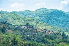 谷的村庄 住在山的森林小屋与阳光 小山的小家与蓝天和c 图库摄影