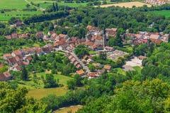谷的美丽如画的中世纪村庄大别墅沙隆 免版税图库摄影