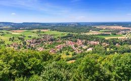谷的美丽如画的中世纪村庄大别墅沙隆 免版税库存照片