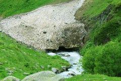 谷的美丽的河 在途中向厄尔布鲁士山 免版税库存图片