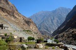 谷的议院由河沿和在山斯卡都巴基斯坦中的垂悬的洗衣店 库存照片