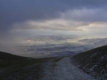 谷看法在一场风暴之前的与云彩和雾,冬天, 免版税库存照片