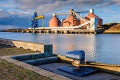 谷粮仓在河布莱斯港口 免版税库存照片