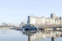 谷粮仓第5和在蒙特利尔旧港口的Bota-Bota温泉  库存照片