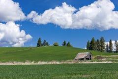 谷仓和云彩在天空 免版税库存图片