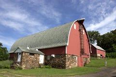 谷仓和牛奶房子 库存照片