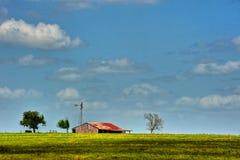 谷仓和风车在得克萨斯小山国家 免版税库存图片