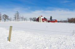 谷仓在积雪的草甸 库存图片